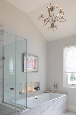 Bathroom with high ceiling, pendant and niche lights